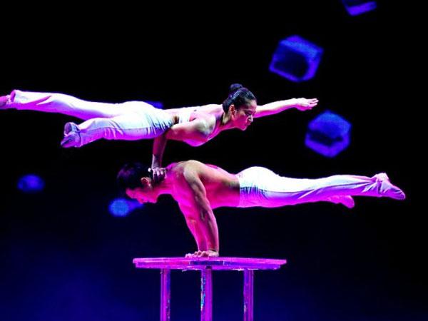 spettacolo acrobatico a shanghai
